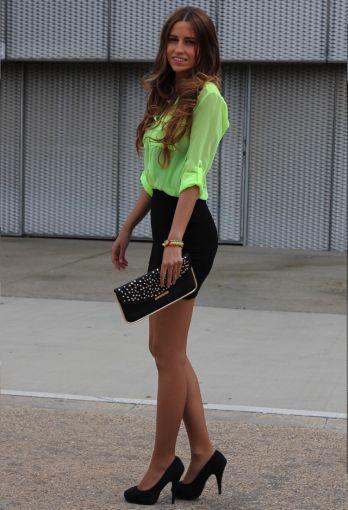 Una falda negra a la cintura es una prenda que puedes combinar con un montón de
