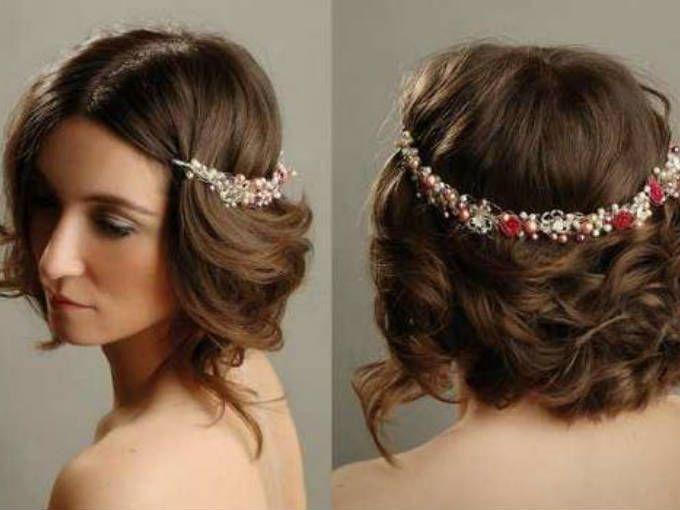 Flores y perlas en tonos rojizos.